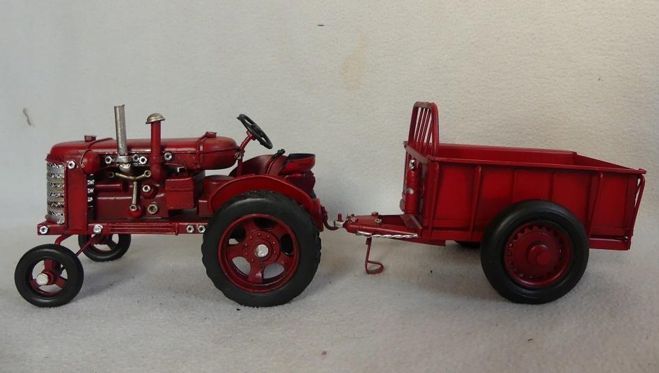 Červený traktor s prívesným vozidlom RETRO traktor