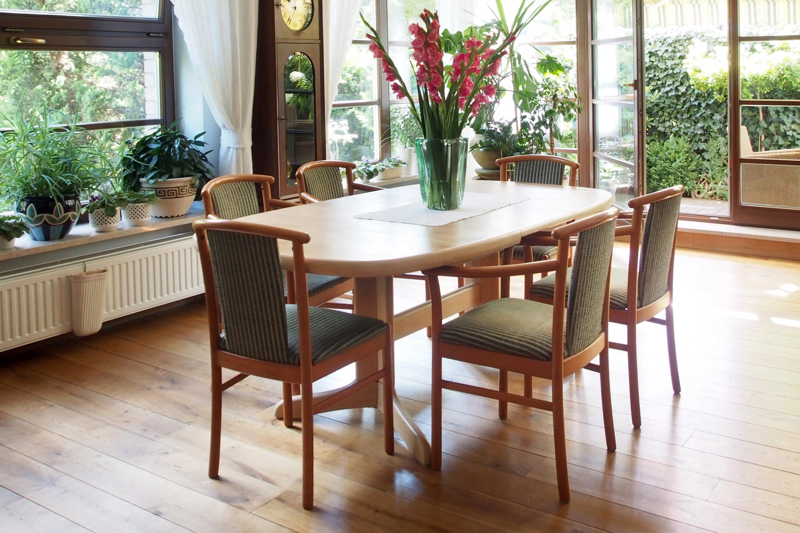 Stół w okleinie drewnianej jasnej, rozkładany