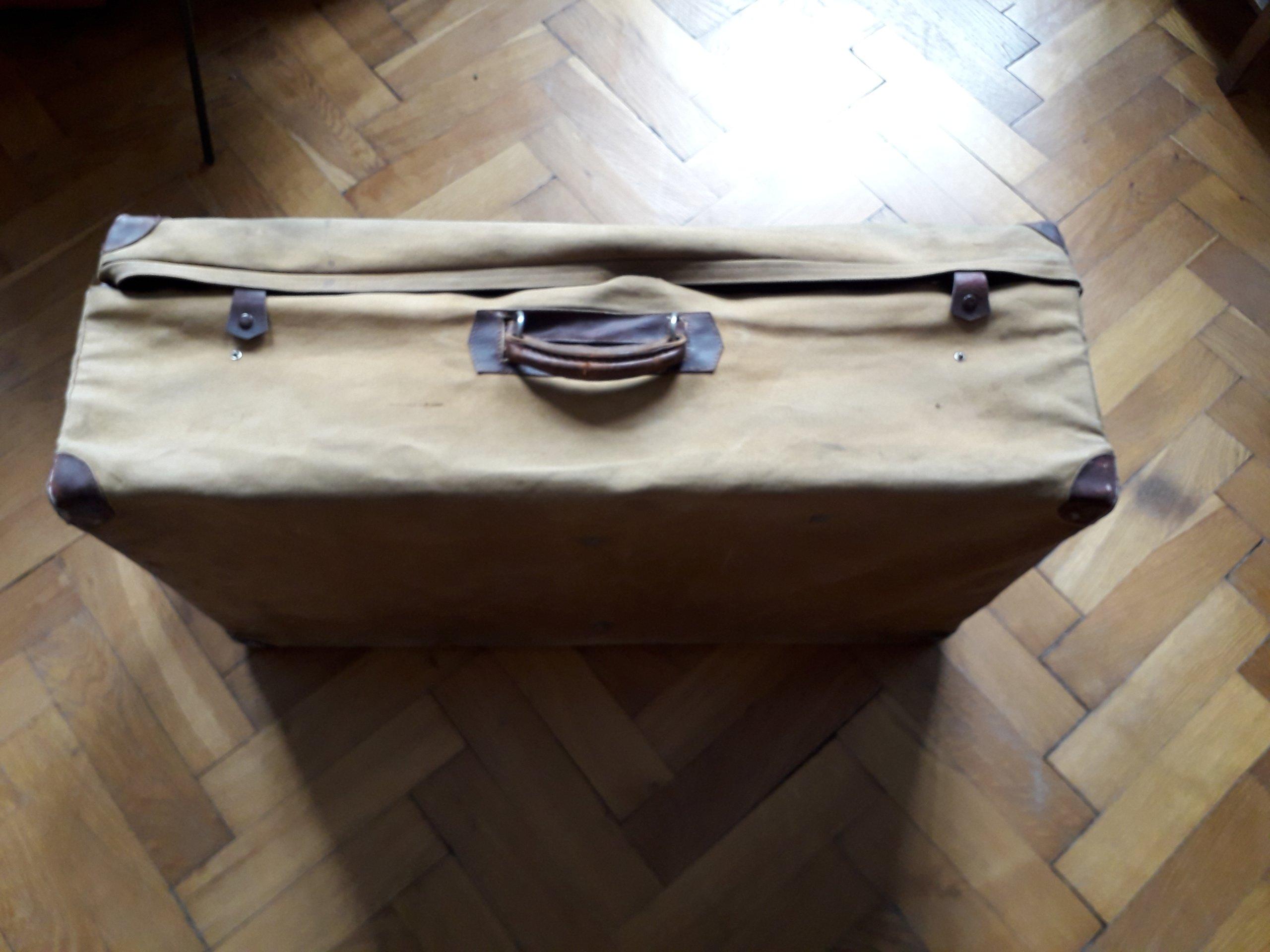 walizka skórzana w pokrowcu