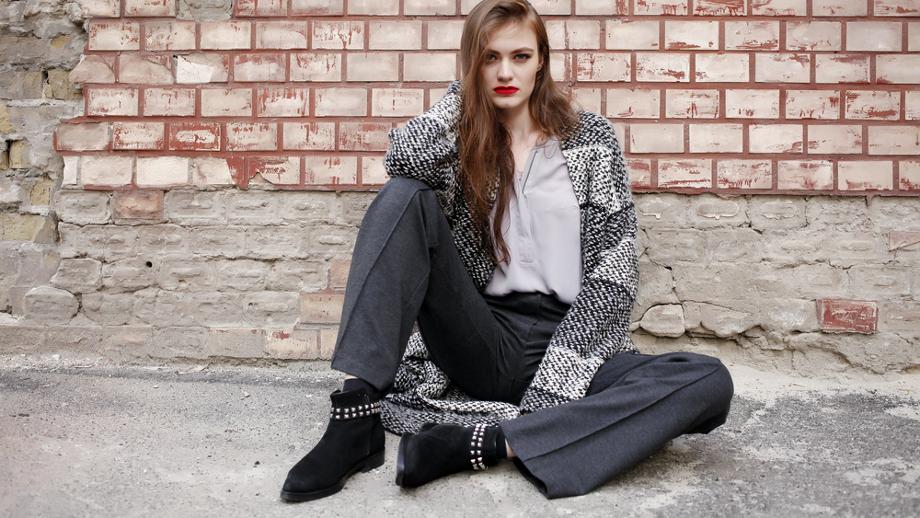 Zamszowe botki na koturnie – niezbędnik jesiennych stylizacji