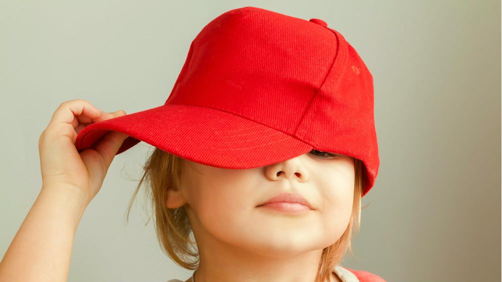 Modne czapki z daszkiem dla chłopca i dziewczynki