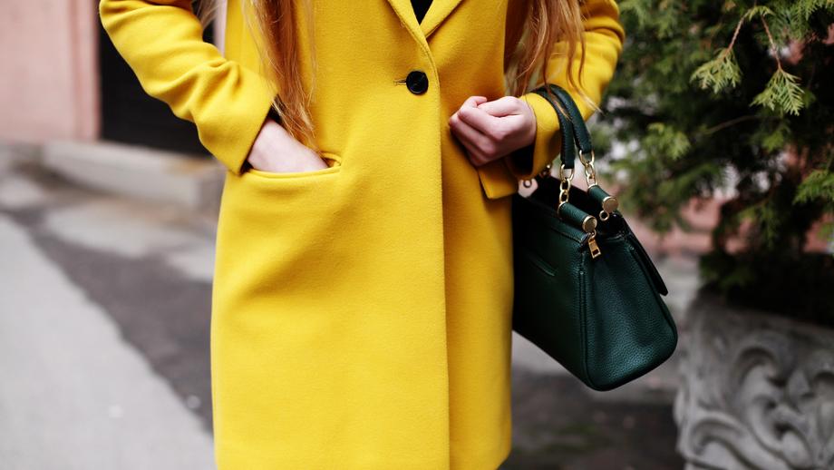 Żółty – słoneczny kolor na jesień i zimę. Damskie kurtki i